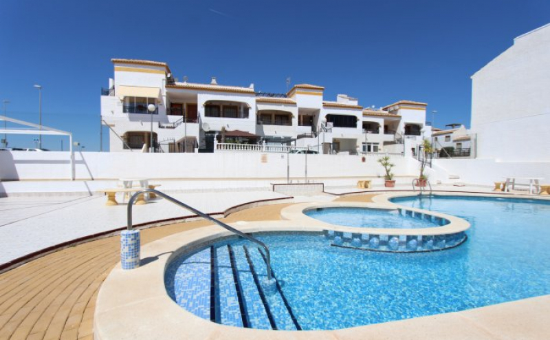 BETTER THAN AVERAGE TOP FLOOR APARTMENT WITH SOLAIRUM. VISTABELLA GOLF.